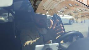 Homem irritado louco irritado ao conduzir um carro Gritar louco do motorista agressivo irritado com tr?fego vídeos de arquivo