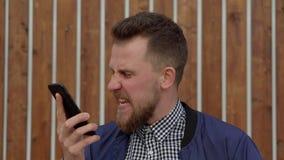 Homem irritado no telefone com alguém vídeos de arquivo