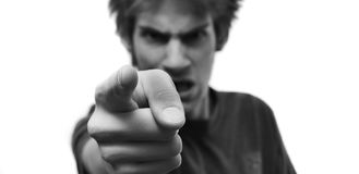 Homem irritado que aponta o dedo em você fotografia de stock