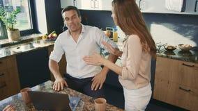Homem irritado que discute na cozinha Marido agressivo que tem o conflito com esposa filme