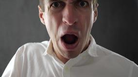 Homem irritado que grita e que expressa a raiva e o desacordo Homem de negócios que expressa a raiva e a frustração à câmera video estoque