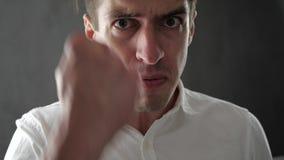 Homem irritado que grita e que expressa a raiva e o desacordo Homem de negócios que expressa a raiva e a frustração à câmera filme