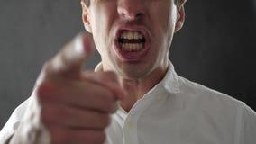 Homem irritado que grita e que expressa a raiva e o desacordo Homem de negócios que expressa a raiva e a frustração à câmera vídeos de arquivo