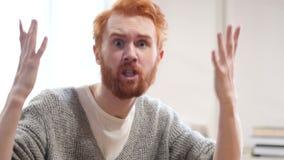 Homem irritado que grita na câmera video estoque