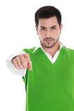 Homem isolado em uma camisa verde que aponta com seu dedo indicador Imagens de Stock Royalty Free