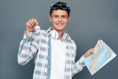 Homem isolado no compasso cinzento da exibição do mapa da terra arrendada da posição do conceito do turismo da parede à câmera ex fotografia de stock royalty free
