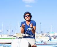 Homem italiano novo no 'trotinette' do Vespa imagem de stock