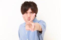 homem japonês novo que mostra um sinal da vitória Fotografia de Stock