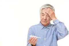 Homem japonês superior com febre Fotografia de Stock