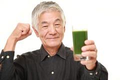 Homem japonês superior com suco vegetal verde Imagem de Stock Royalty Free