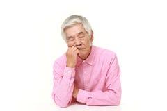 Homem japonês superior que dorme na tabela Fotografia de Stock