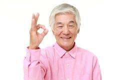Homem japonês superior que mostra o sinal perfeito Fotos de Stock Royalty Free