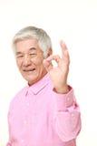 Homem japonês superior que mostra o sinal perfeito Imagem de Stock Royalty Free