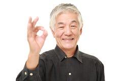 Homem japonês superior que mostra o sinal perfeito Imagens de Stock Royalty Free