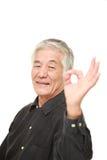 Homem japonês superior que mostra o sinal perfeito Imagem de Stock