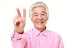 Homem japonês superior que mostra um sinal da vitória Imagens de Stock Royalty Free