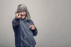 Homem jovial de riso que aponta na câmera imagens de stock