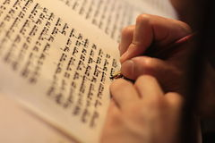 Homem judaico com escrita da barba em um rolo do pergaminho Foto tomada sobre: 30 de dezembro de 2015 fotografia de stock royalty free