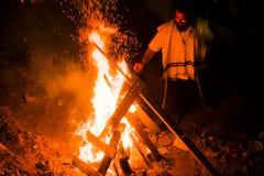 Homem judaico pela fogueira no meron do mt, Israel Imagens de Stock