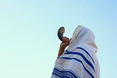 Homem judaico que funde o Shofar (chifre) de Rosh Hashanah (ano novo) imagem de stock royalty free