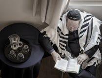Homem judaico que praying Fotos de Stock