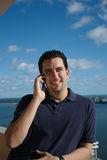 Homem latin considerável no telefone Imagens de Stock
