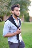 Homem latino-americano considerável novo que anda no parque foto de stock