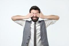 Homem latino-americano de sorriso com a barba que fecha seus olhos fotos de stock royalty free
