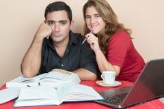 Homem latino-americano e mulher que estudam em casa Imagens de Stock