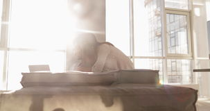 Homem latino-americano feliz dos pares novos da raça misturada que usa a casa da luz solar de Sit Coach Asian Woman Morning do la filme