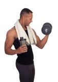 Homem latino-americano forte com pesos que bebe a proteína Fotografia de Stock