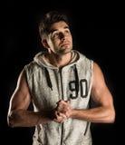 Homem latino-americano forte em seu 20s que olha acima direito imagem de stock