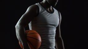 Homem latino-americano forte sem medo antes de começar o jogo de basquetebol, sucesso orientado filme