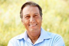 Homem latino-americano sênior do retrato ao ar livre foto de stock