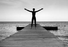 Homem livre que aprecia a vida na natureza Imagens de Stock