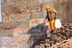 Homem local que anda ao templo de Galta em Jaipur, Rajasthan, Índia Fotos de Stock