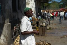 Homem local que espera atrás do mercado de peixes na cidade de pedra, Zanzibar imagens de stock