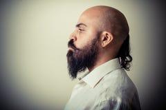 Homem longo da barba e do bigode com camisa branca imagens de stock