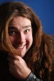 Homem longo muito feliz do cabelo… (quase demasiado) imagem de stock royalty free