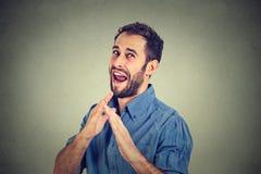 Homem louco, furioso irritado que levanta as mãos no ataque de ar com costeleta do karaté Imagens de Stock Royalty Free