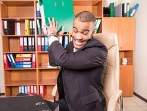 Homem louco no escritório com dobradores Imagens de Stock