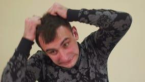 Homem louco que rasga seu cabelo, movimento lento vídeos de arquivo