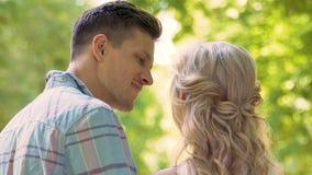 Homem loving que beija a amiga na data no parque, relações macias, pares românticos filme