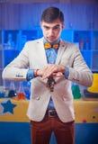 Homem mágico novo com as moedas no laboratório Imagem de Stock
