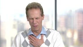 Homem maduro com ataque da tosse filme