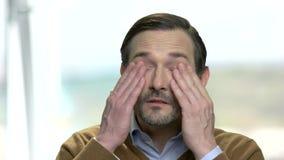 Homem maduro com olhos cansados vídeos de arquivo