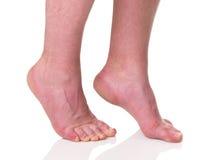 Homem maduro com os pés descalços com pele seca Imagens de Stock