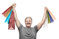 Homem maduro de sorriso que mantém sacos de compras isolados no branco Fotos de Stock Royalty Free