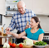 Homem maduro e mulher que cozinham o almoço foto de stock