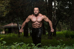 Homem maduro na ação com espada Fotos de Stock Royalty Free